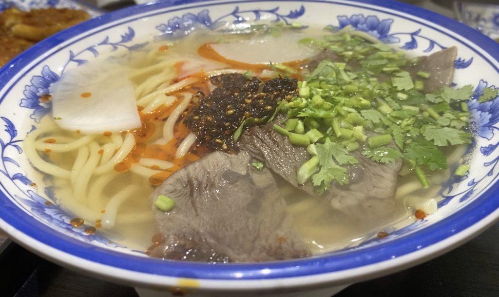 蘭州牛肉面ラー油パクチー入り丸太麺
