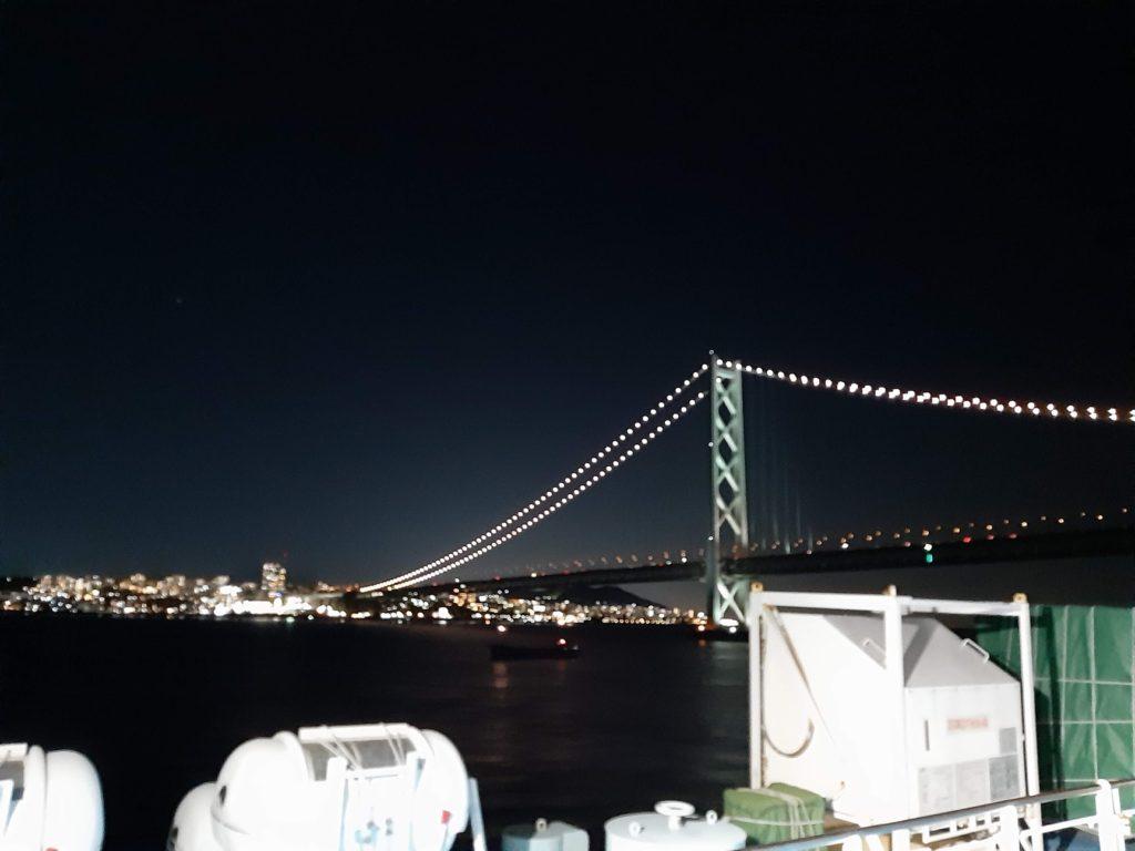 船から見た明石海峡大橋