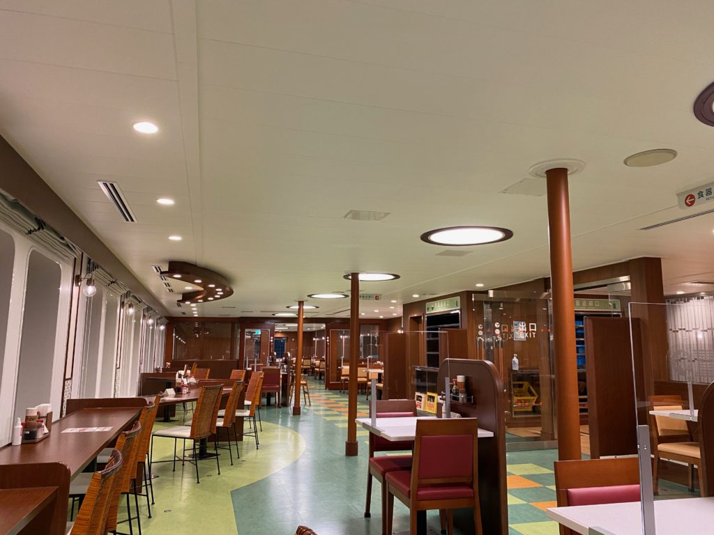 船内レストランは営業時間外は解放されていました