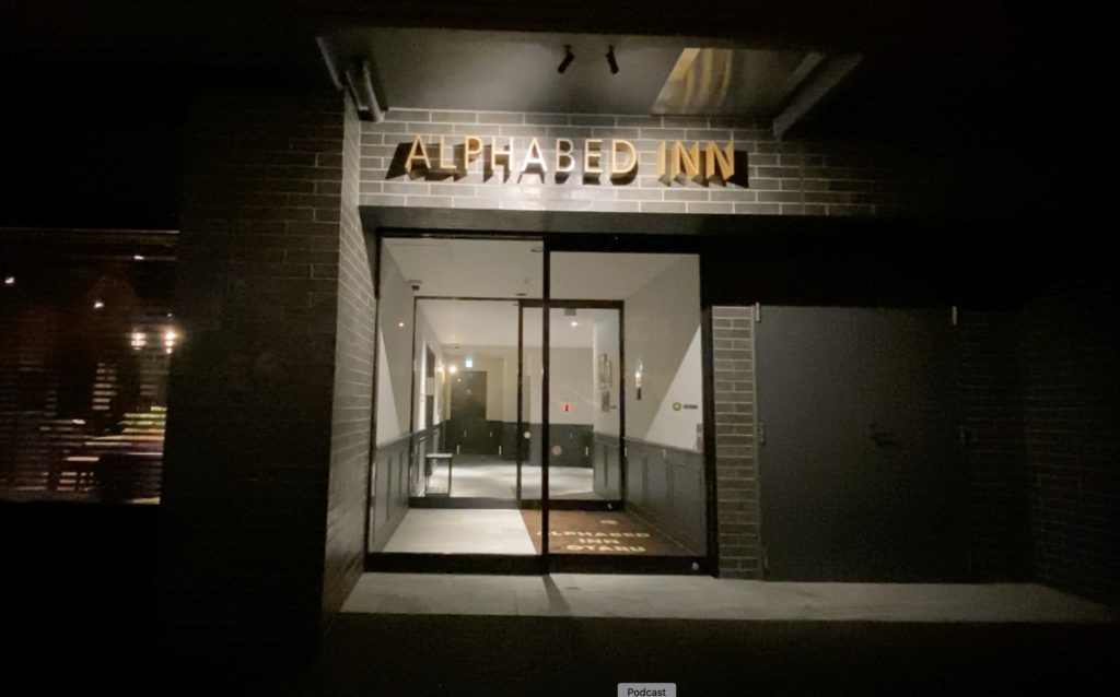 夜到着時のアルファベッドイン入り口